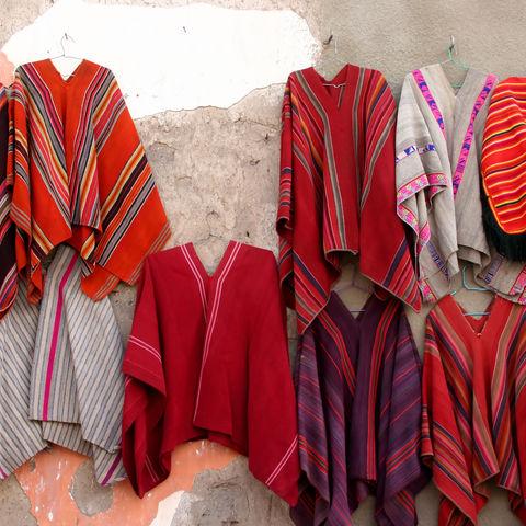 Ponchos zum Verkauf auf einem bolivianischem Markt, Bolivien