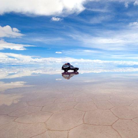 Spiegeleffekt in der Salar de Uyuni, Bolivien