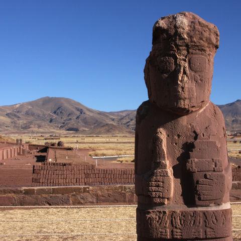 Statue und Pyramide in Tiwanaku, Bolivien