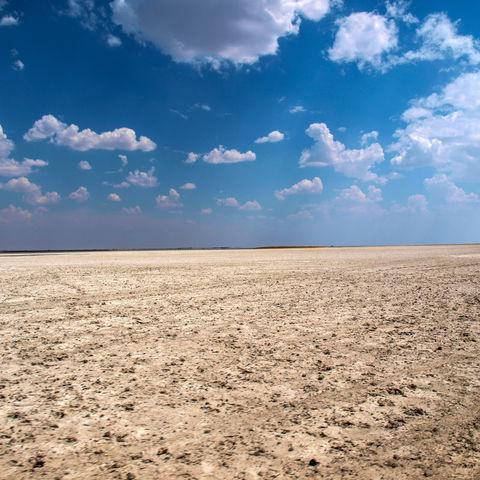 Strahlend blauer Himmel über der Makgadikgadi-Salzpfanne, Botswana