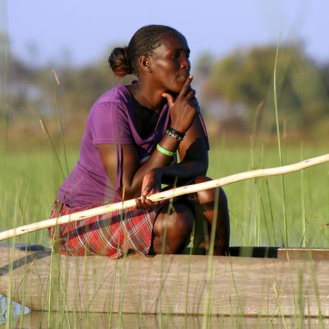 Botswanerin im traditionellen Mokoro, Botswana