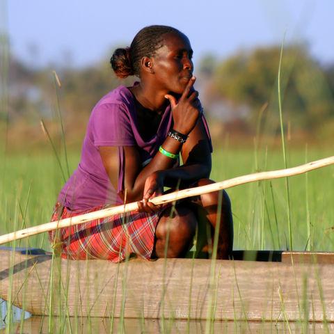 Einheimische in einem Mokoro, Botswana