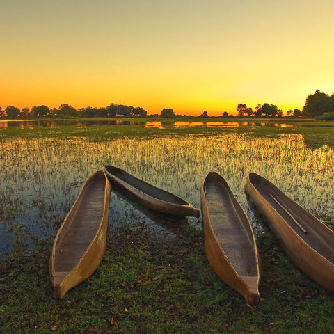 Mokoros bei Sonnenaufgang im Okavango Delta © Thinkstock, IStockphoto