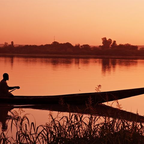 Mokoro im seichten Wasser des Okavangodeltas, Botswana