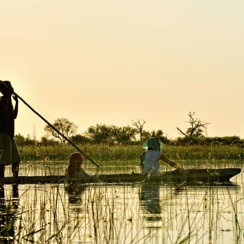 Ein traditionelles Mokoro im Okavangodelta, Botswana