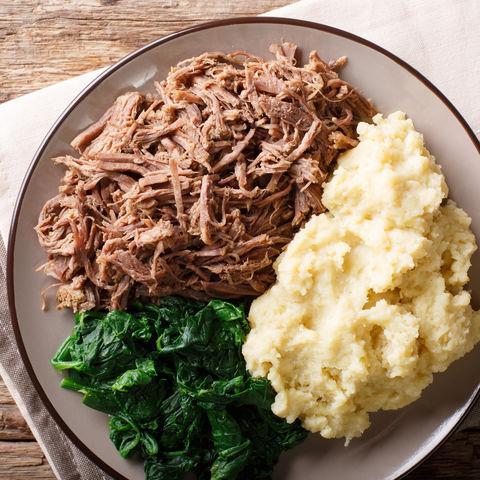 Typisches Gericht: Seswaa (geschmortes Rindfleisch) mit Sadza (Maisbrei) und Spinat, Botswana