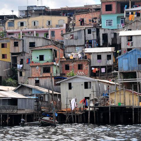 Typische Stelzenhütten am Ufer des Amazonas, Brasilien