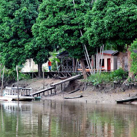 Dorf am Ufer des Amazonas, Brasilien
