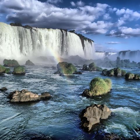 Brasilianische Seite der Iguazu Wasserfälle unter einem Regenbogen, Brasilien