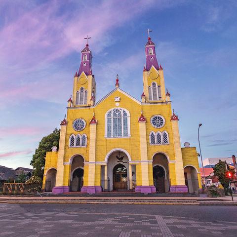 Sonnenuntergang über der San Francisco Kirche, Plaza de Armas, Castro, Chiloé, Chile