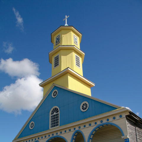 Blau-gelbe Kirche in Chonchi, Chile
