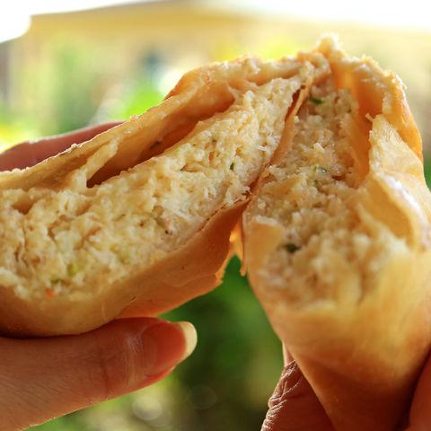 Typische Empanada de Jaiba (mit Krebs gefüllte Blätterteigtasche), Chile