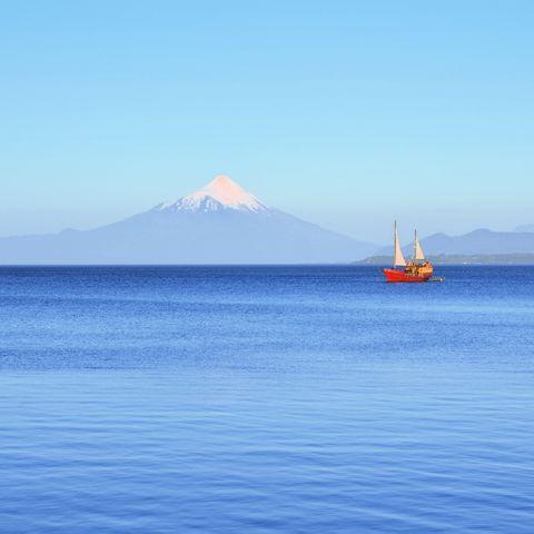 Segelschiff auf dem Llanquihue-See mit Blick auf den Vulkan Osorno, Chile