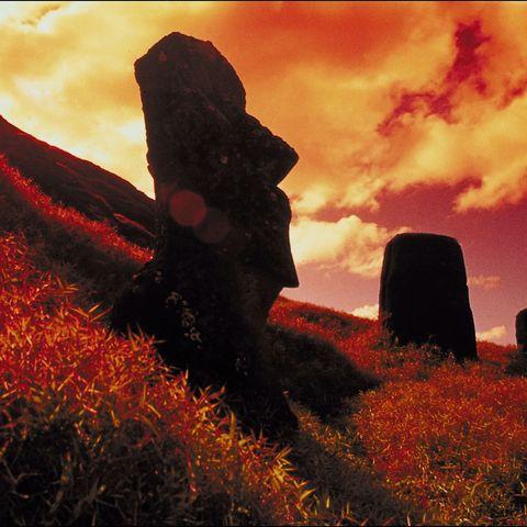 Die mysteriösen Moai Köpfe in den letzten Sonnenstrahlen des Tages badend, Osterinsel, Chile