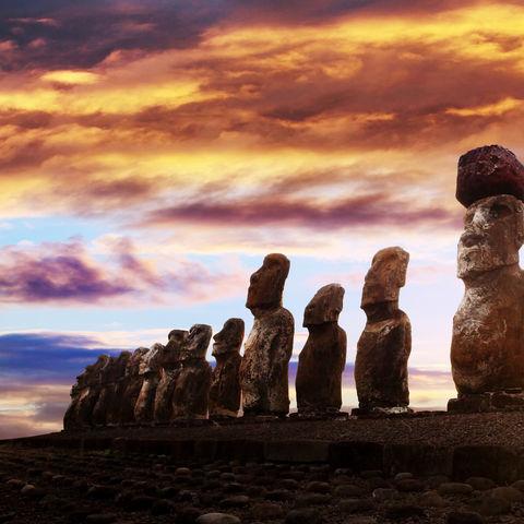 Sonnenaufgang über den Moai-Statuen © Thakala, Dreamstime.com