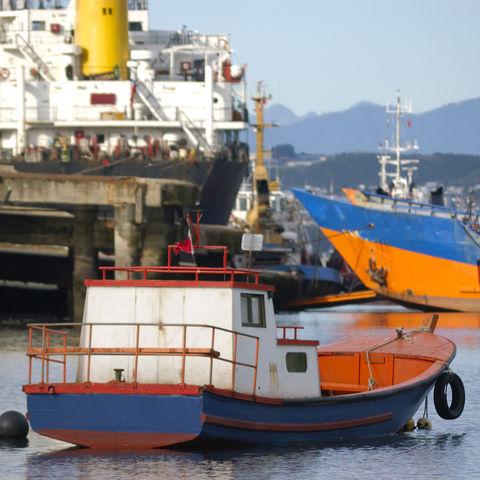 Ein Fischerboot im Hafen von Puerto Montt, Chile
