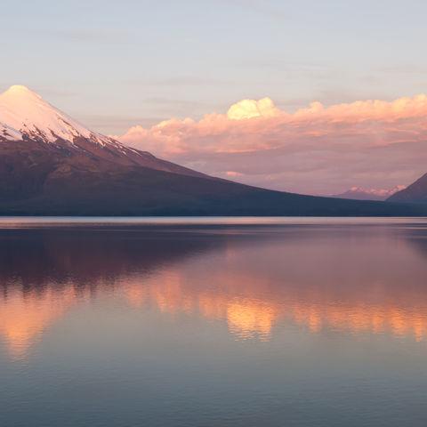 Vulkan Osorno spiegelt sich im See, Chile