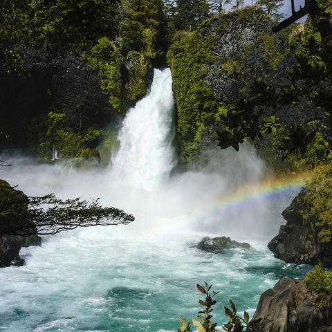 Regenbogen am Huilo Huilo Wasserfall, Chile