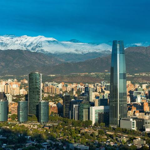 Blick über die Dächer Santiago de Chiles bis zu den schneebedeckten Gipfeln der Anden, Chile