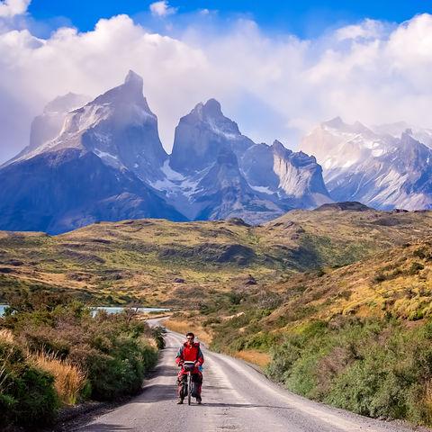 Nicht nur den Wind im Rücken, sondern auch die gigantischen Bergwipfel der Cuernos del Paine, Torres del Paine, Chile
