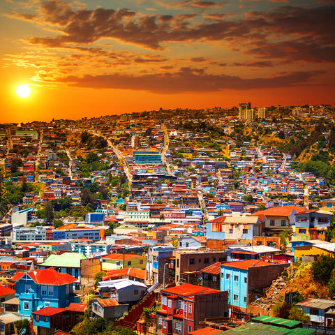 Buntes Valparaiso erstrahlt im Abendhimmel, Chile