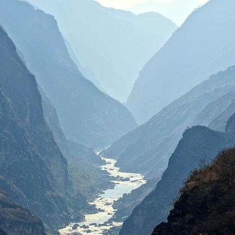 Sonnenlicht fällt in die Tigerschlucht, China