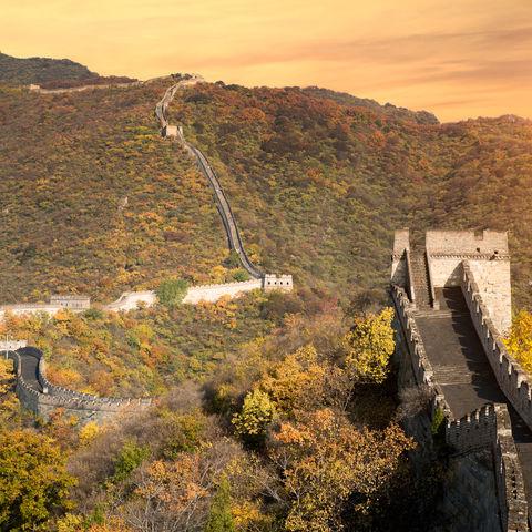 In Herbstfarben gehüllt: die Chinesische Mauer bei Peking, China