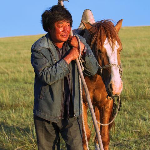 Schafhirt mit seinem Pferd, China