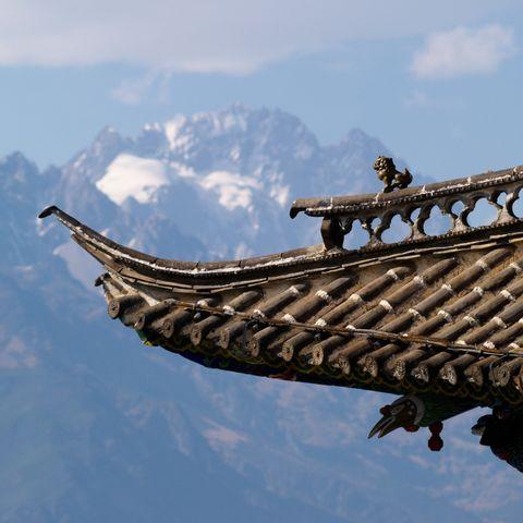 Traditioneller Dachschmuck vor Bergkulisse, China