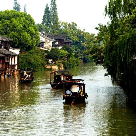 MIt dem Boot unterwegs im Wasserdorf Wuzhen, China