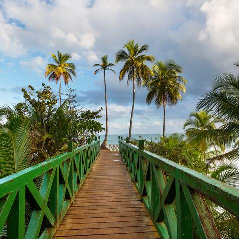Steg an der tropischen Pazifikküste, Costa Rica