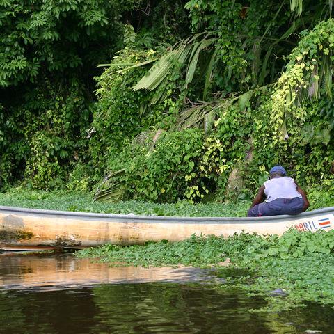 Costa-Ricaner auf einem Boot im Tortugero-Nationalpark, Costa Rica