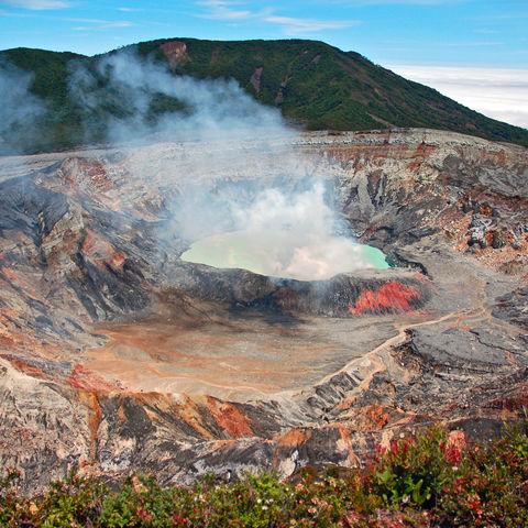 Rauchender Krater des Vulkans Poás, Costa Rica