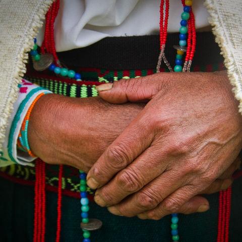 Frau in indigener Tracht in den Anden, Ecuador