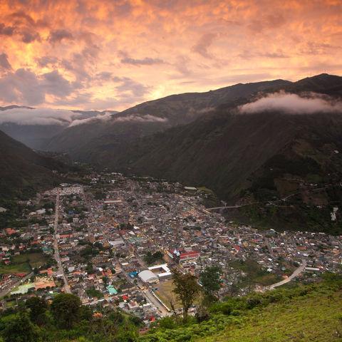 Sonnenuntergang mit dem Blick auf Baños, Ecuador