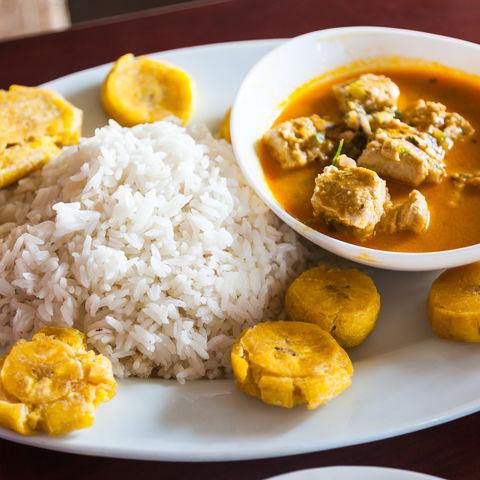 Vor allem an der Küste ein Muss: Fisch mit Kokosnusssauce (= Encocado), Reis und gebratenen Kochbananen, Ecuador