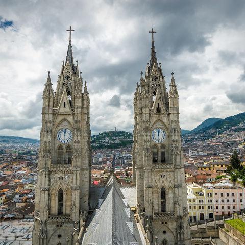 Die Dächer der Altstadt überthronende Basilíca del Voto Nacional, Quito, Ecuador