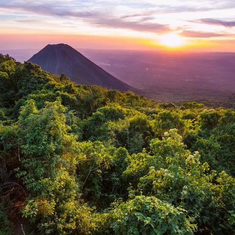 Wenn die Sonne über einem Vulkanriesen untergeht: Izalco Vulkan, Cerro Verde Nationalpark © Galyna Andrushko, Dreamstime.com