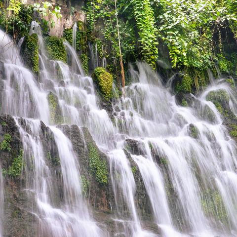 Auf der Ruta de las Flores können Sie in den Pool des Los Chorros de la Calera Wasserfalls springen..., El Salvador