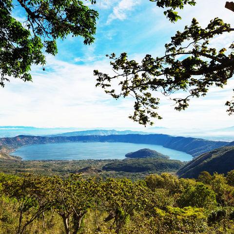 Malerischer Kratersee Coatepeque zu Füßen der Vulkane Cerro Verde, Izalco und Santa Ana, Santa Ana, El Salvador