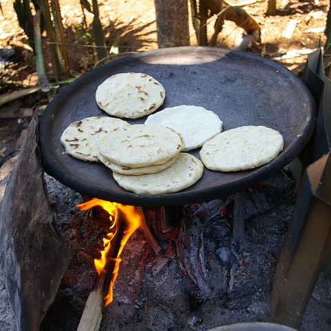 An ihnen kommt in El Salvador keiner vorbei: Pupusas (Tortillas, die mit allerlei Sachen gefüllt werden), El Salvador