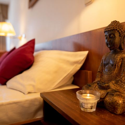 Schlafzimmer mit asiatischen Akzenten @NEUE WEGE, Ayurveda
