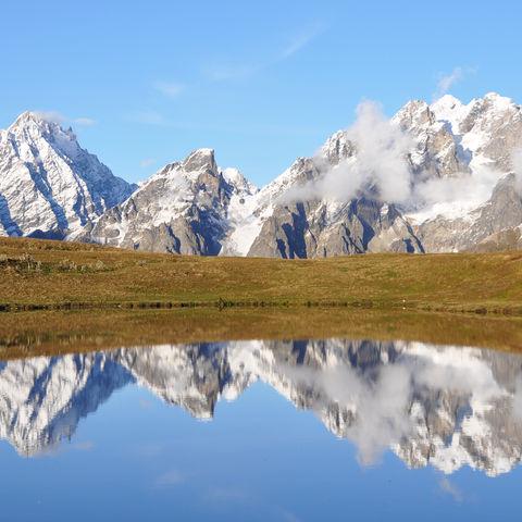 Gipfel spiegeln sich im Bergsee, Swanetien, Georgien