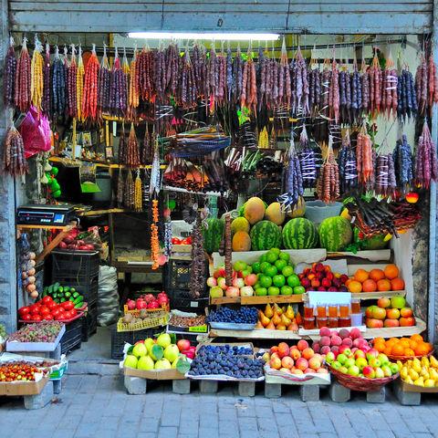 Bunte Auswahl: Obststand in Tiflis, Georgien
