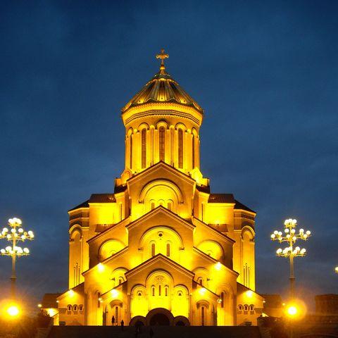 Sameba Kathedrale bei Nacht, Tiflis, Georgien