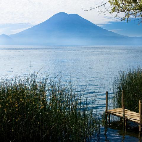 Atitlán-See am Fuße mächtiger Vulkane, Guatemala