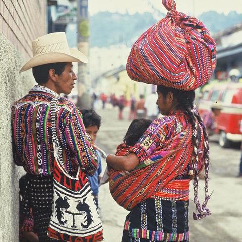 Traditionell gekleidete Familie, Guatemala