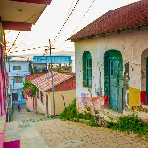 Bunte Häuslein auf der Halbinsel Flores, Petén, Guatemala