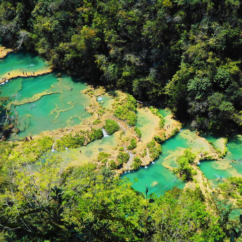 Die steile Wanderung durch den Dschungel lohnt sich: Ausblick auf Semuc Champey, Guatemala