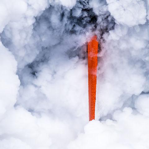 Lavafeuer trifft auf Wolkengischt: Lavastrom des Kilauea Vulkans, Big Island, Hawaii